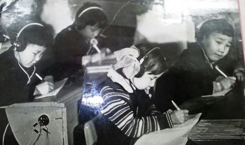 Занимаемся в лингафонном кабинете (1995-ые годы)